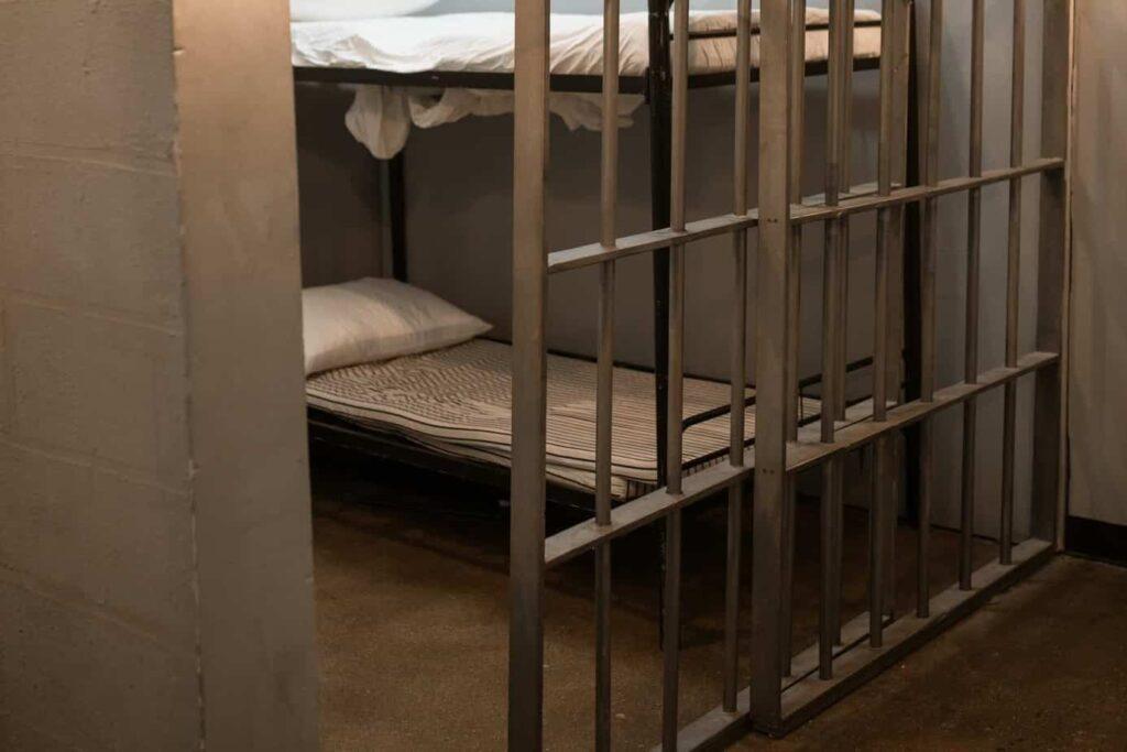 A duração da prisão pelo não pagamento de alimentos é de, no máximo, 3 meses.